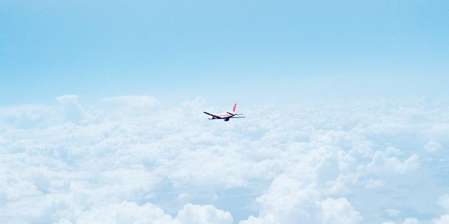 Een vliegtuig in de lucht.