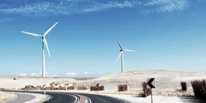 Foto van windmolens langs een autoweg.