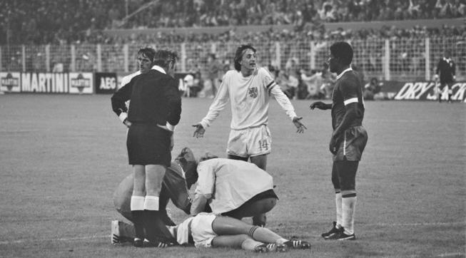 Een foto van Johan Cruijff voor het Nederlands elftal tijdens het WK van '74 tegen Brazilië.