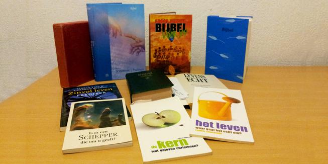 Bijbels en boekjes over geloof.