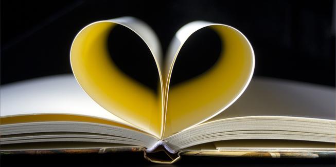 Bladzijden van een boek zijn in een hartje gevouwen.