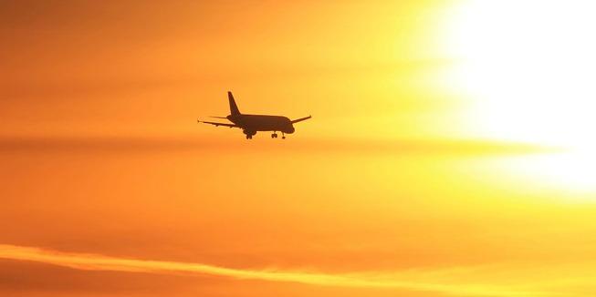 Vliegtuig bij zonsondergang: vliegende DWARSers