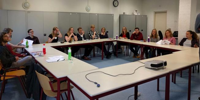 Een deel van de aanwezigen op de bewuste Algemene Afdelingsvergadering van DWARS Arnhem-Nijmegen, waarop het huidige bestuur verkozen werd.