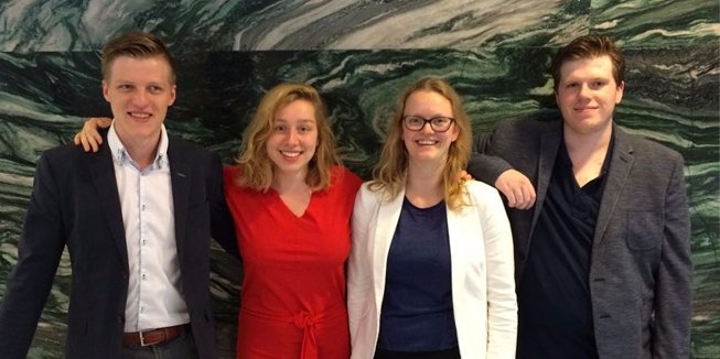 Het bestuur van DWARS Arnhem-Nijmegen. Van links naar rechts: Mink (algemeen bestuurslid), Else (voorzitter), Thirsa (penningmeester) en Bram (secretaris).