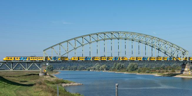 Treinbrug op het traject van Arnhem Centraal naar Nijmegen.