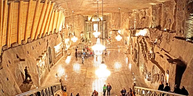 Kerk in de zoutmijn van Wieliczka. De hele ruimte is uitgehouwen in zoutsteen. De kristallen aan de kroonluchters zijn zoutkristallen. Foto van Dennis Jarvis.