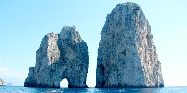 Rotsen aan de kust van Capri. Foto van Radomil.