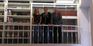 Eva, Lucas en Koen van DWARS Overijsselop het balkon van de Raadszaal in Deventer.
