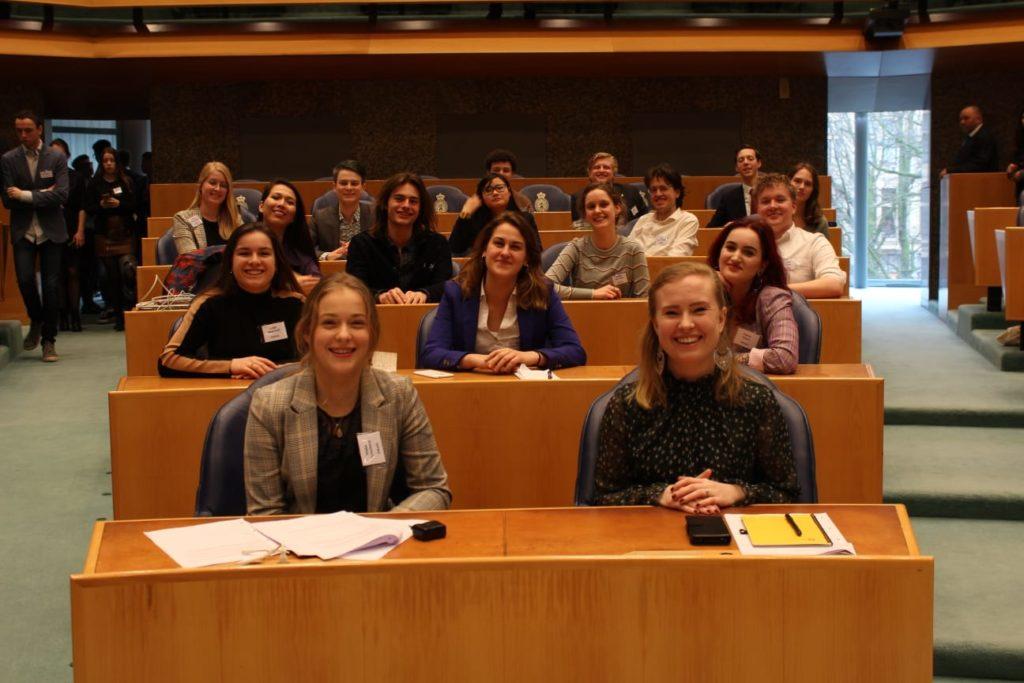 De 15 leden van de DWARSe fractie in de plenaire zaal.
